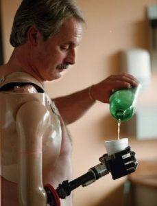 un humano utiliza un brazo robótico